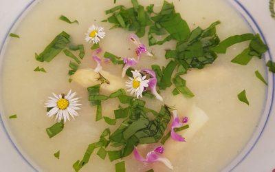 Spargelsuppe mit Bärlauch und Frühlingsblüten